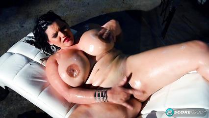 Эротическое соло грудастой толстушки с полным обнажением