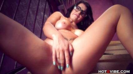 Развратница испытывает струйный оргазм на лестинце во время мастурбации