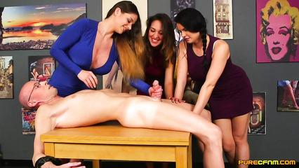 Трое девушек в одежде дрочат член художнику по очереди