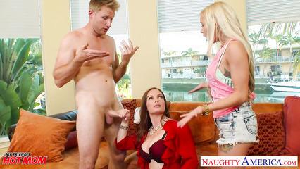 Блондинка застала за изменой своего парня и присоединилась к траху