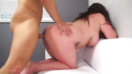 Толстая баба на порно кастинге показывает свое мастерство