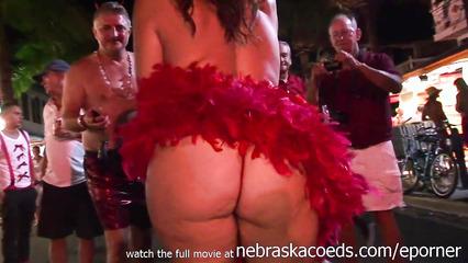 Пьяные телки на карнавале в откровенных нарядах показывают сиськи и жопы