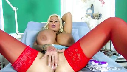 Грудастая медсестра мастурбирует пизду на дежурстве в кабинете
