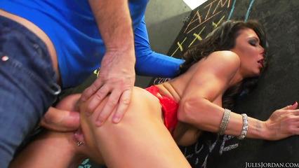 Шаловливая девушка занимается экстремальным сексом с бойфрендом