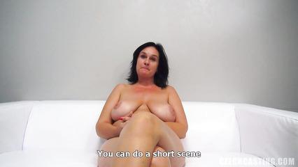 Толстая женщина пробует себя на роль порно актрисы